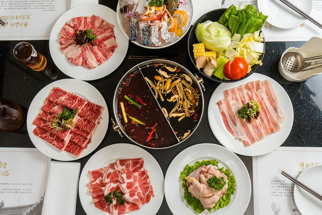 煙波亭推出的鳳凰麻辣鍋最推薦麻辣鍋底,搭配肉盤吃到飽是冬日最棒的享受。