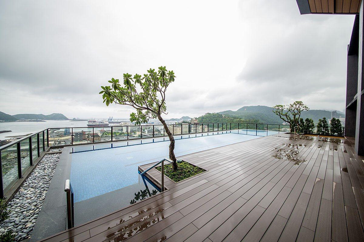 頂樓的無邊際泳池川原天幕與觀景台,可居高眺望蘇澳港區。
