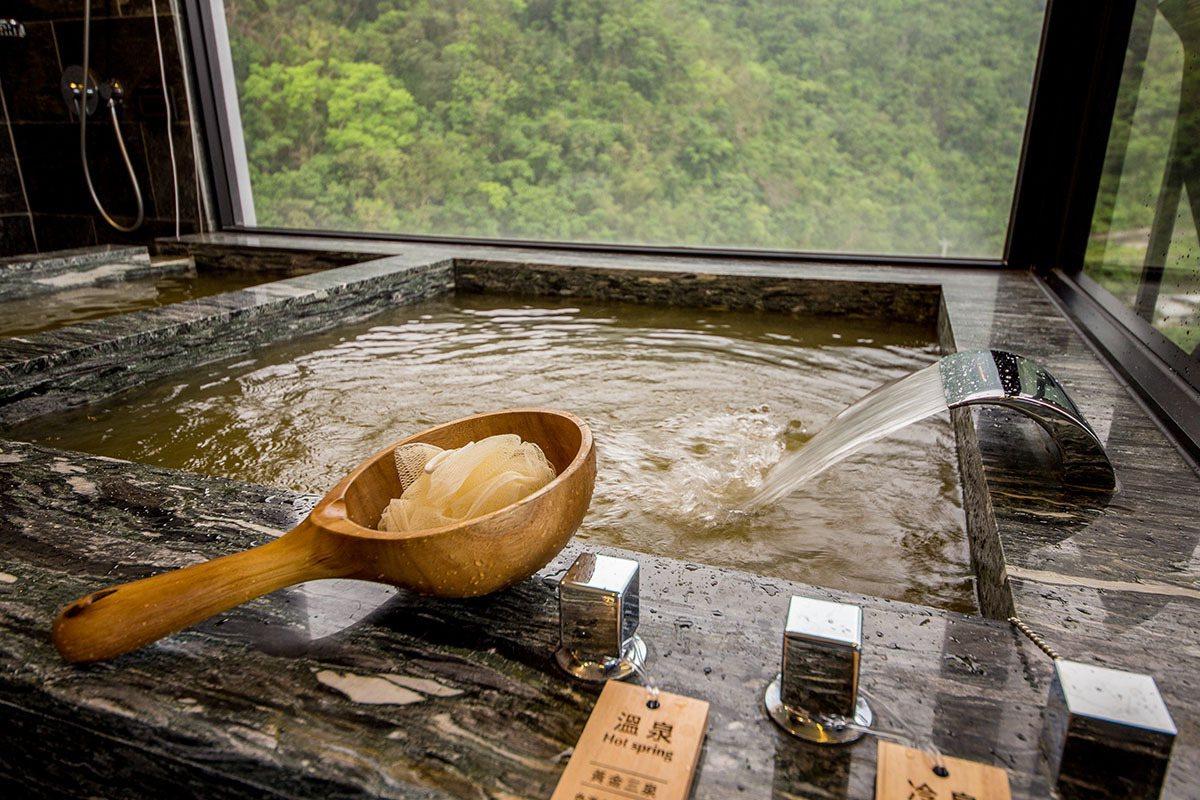雙泉客房主打擁有高含量礦物質的黃金三泉,搭配蘇澳鐵質碳酸冷泉。
