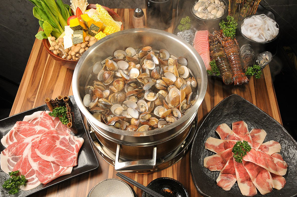 滿滿一大盤蛤蜊放進蒸籠, 透過蒸氣, 「啵!啵! 啵! 」一顆顆蛤蜊殼打開來, ...