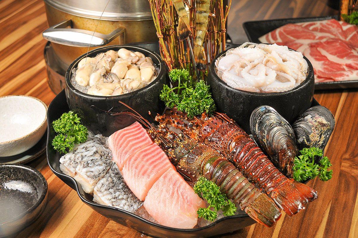 雙人小龍蝦海陸套餐裡光是海鮮就有七種之多。
