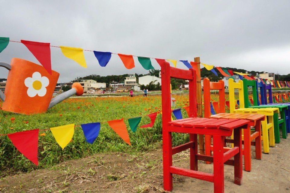 彩色木椅裝置藝術。(攝影/林郁姍)