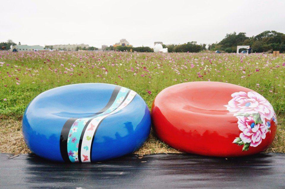以客家點心牛汶水發想的裝置藝術,也提供乘坐。(攝影/林郁姍)