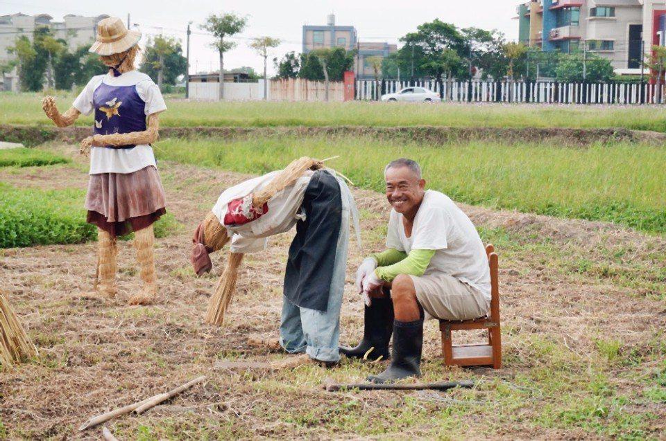 老農夫的裝置藝術,栩栩如生的稻草人。(攝影/林郁姍)