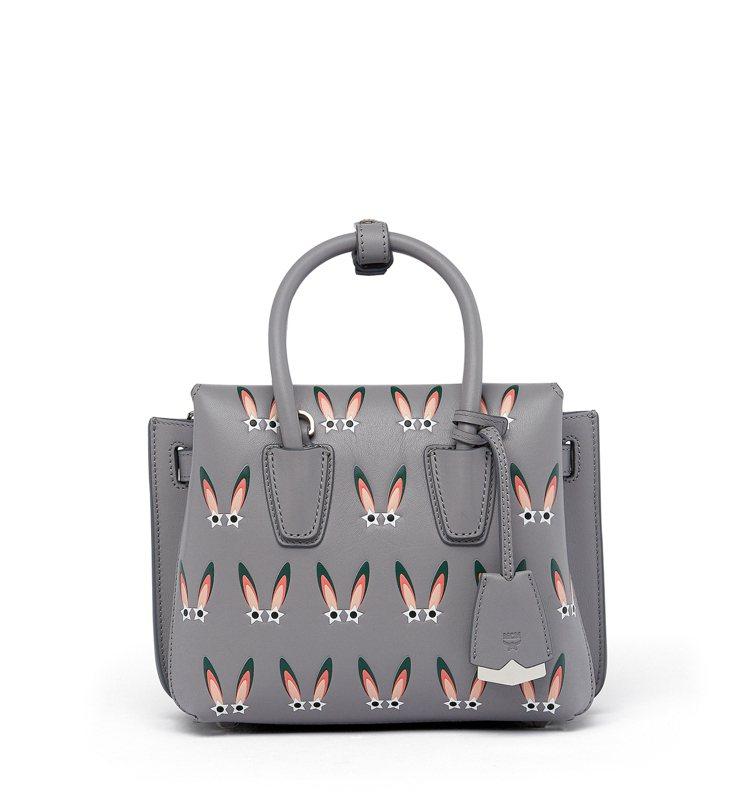 Milla迷你型銀灰色星形眼睛兔手袋,售價30,500元。圖/MCM提供