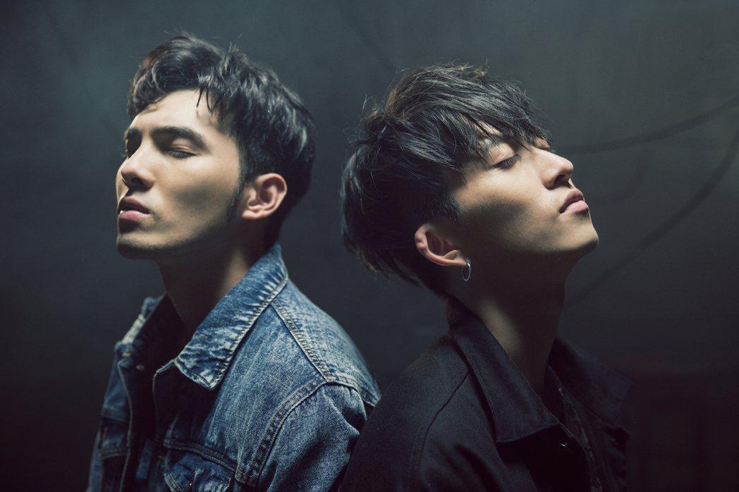 邱鋒澤(右)新歌找偉晉合拍MV。圖/原音兄弟提供
