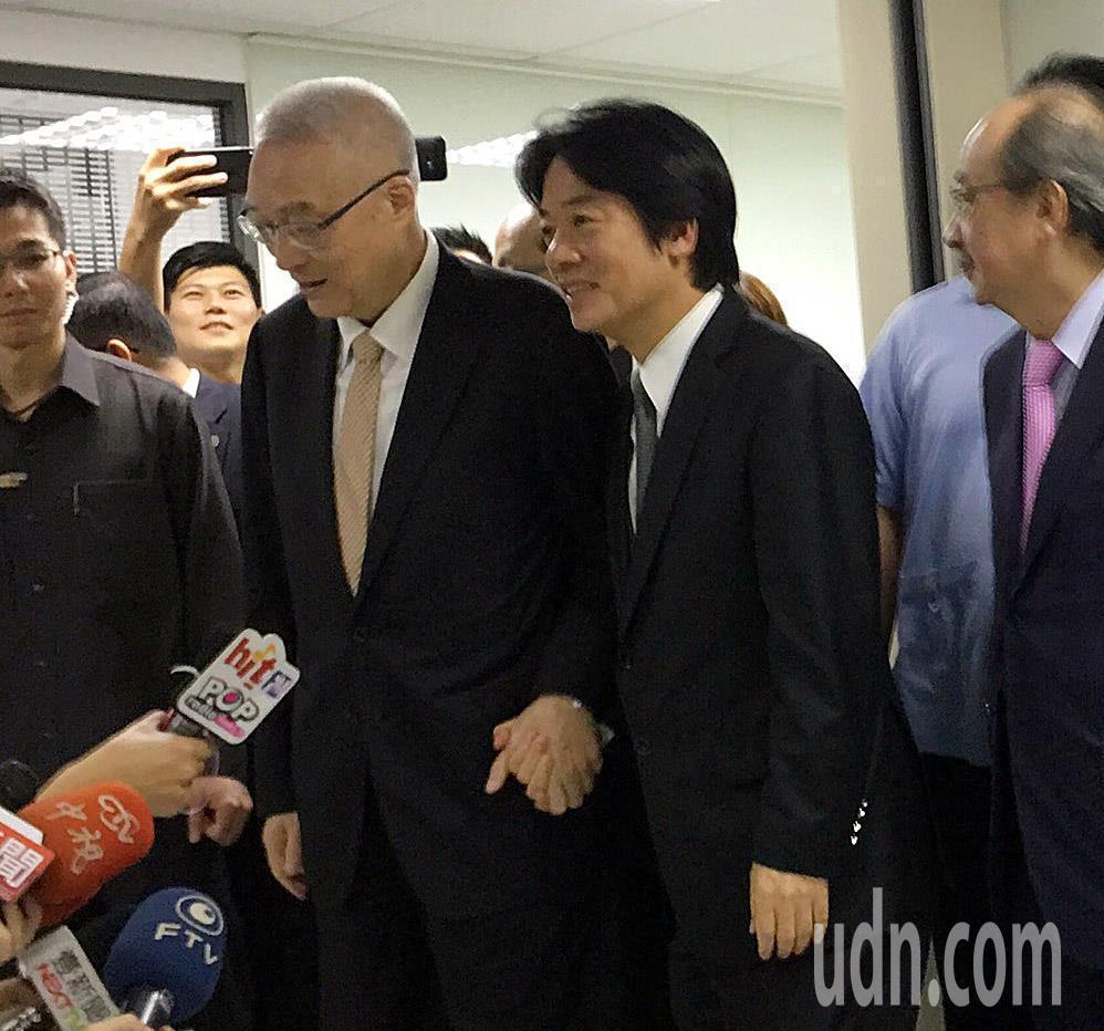 賴清德(右)、吳敦義(左)兩人一見面互動熱絡,雙手緊握一起手牽手走入會談場地。記...