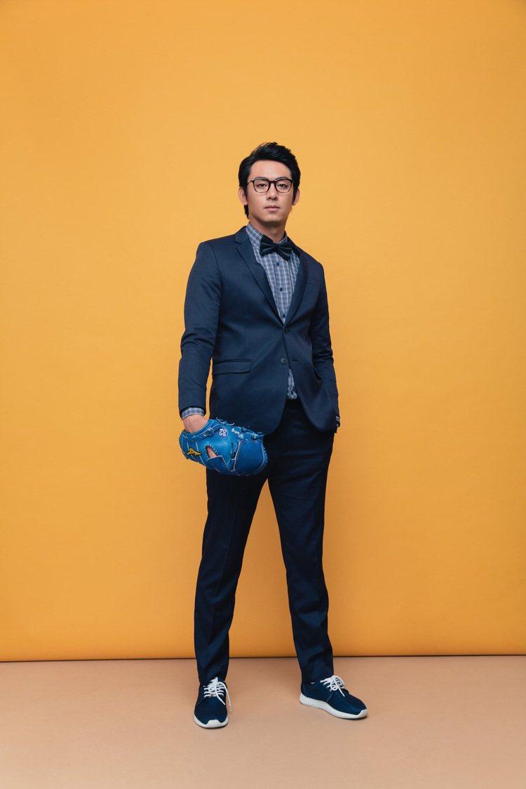 左投手王溢正以Smart Casual造型搭配Life8聯名運動鞋。圖/Life...
