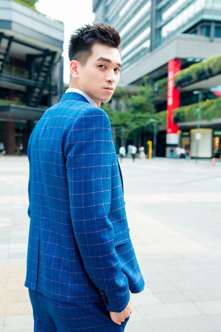 李愷諺身穿格紋西裝,詮釋東潮時裝西服的量身訂製特色。圖/東潮時裝西服提供
