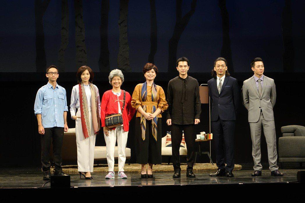 呂紹齊(右起)、單承矩、邱澤、嚴藝文、楊麗音、張靜之、王敬演出舞台劇「小三與小王...