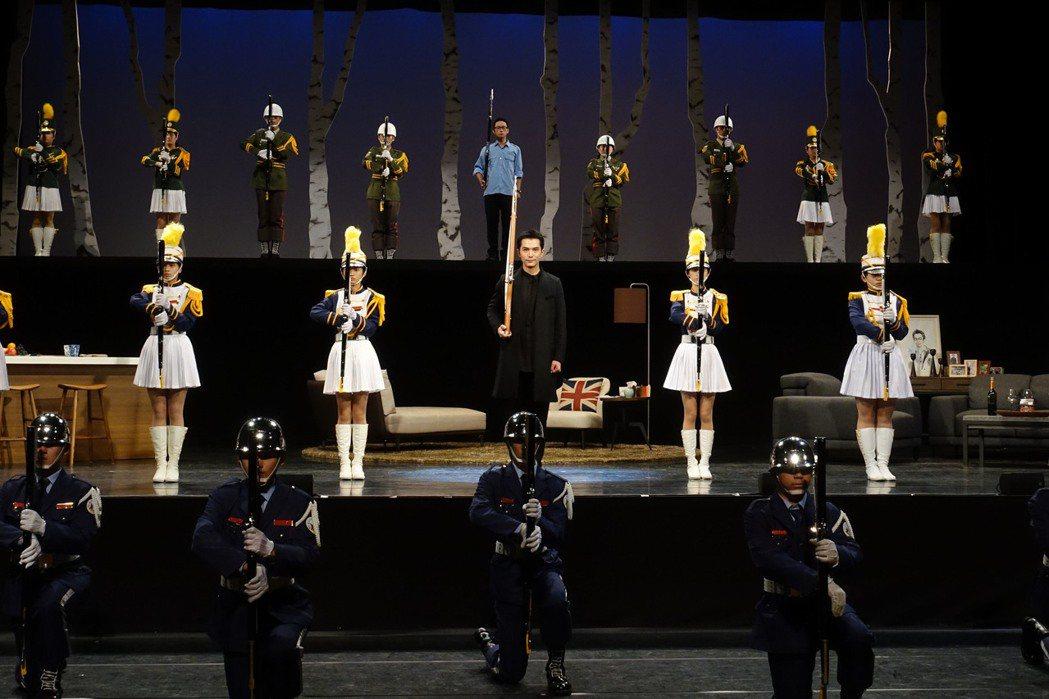 邱澤首次演出舞台劇,為戲中操槍橋段練到手掉層皮。圖/全民大劇團提供