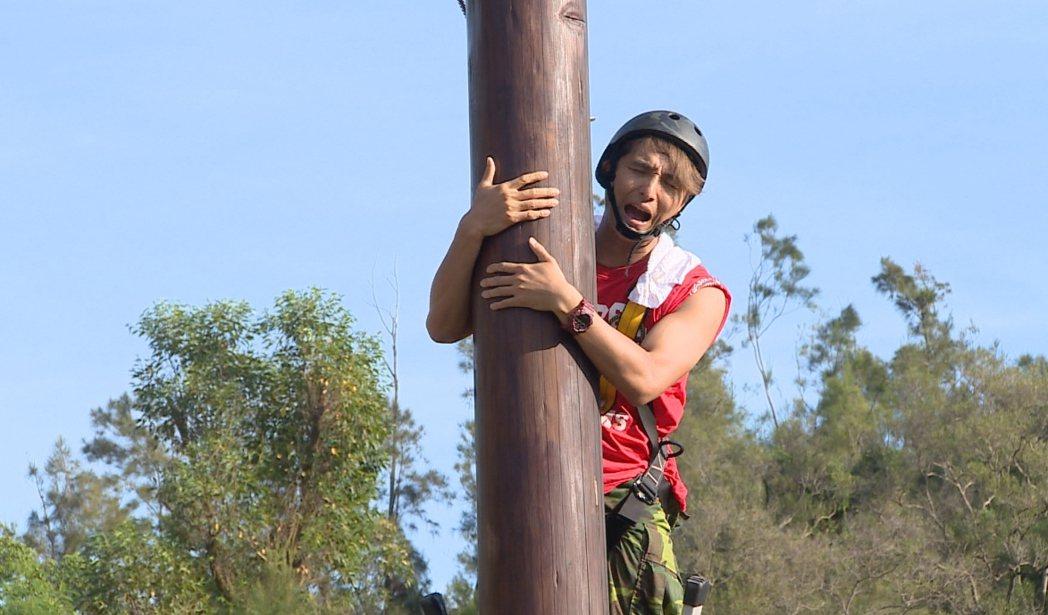王少偉挑戰攀爬三層樓高的木樁。圖/台視提供