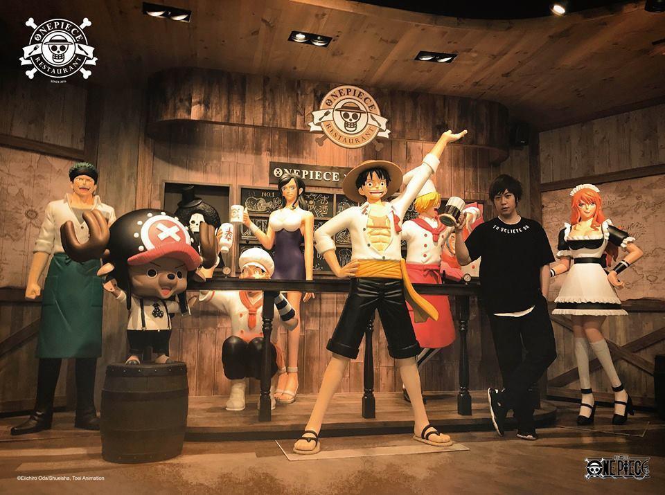 阿信和店內人物造型合照。圖/摘自臉書