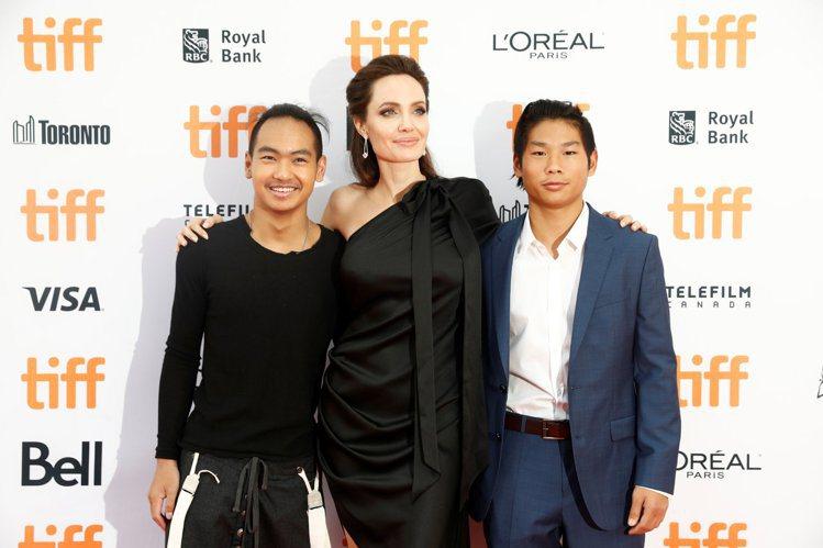 安潔莉娜裘莉帶著兩個養子麥杜斯(左)、派克斯(右)一起出席多倫多影展活動。圖/路...