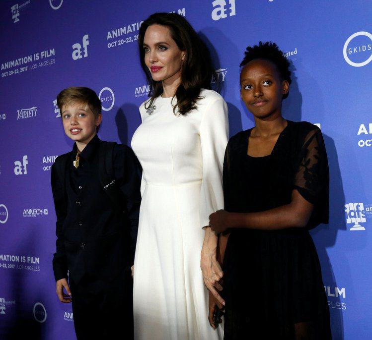 裘莉帶著養女莎哈拉(右)、親生女兒喜蘿(左)出席首映會,圖/路透