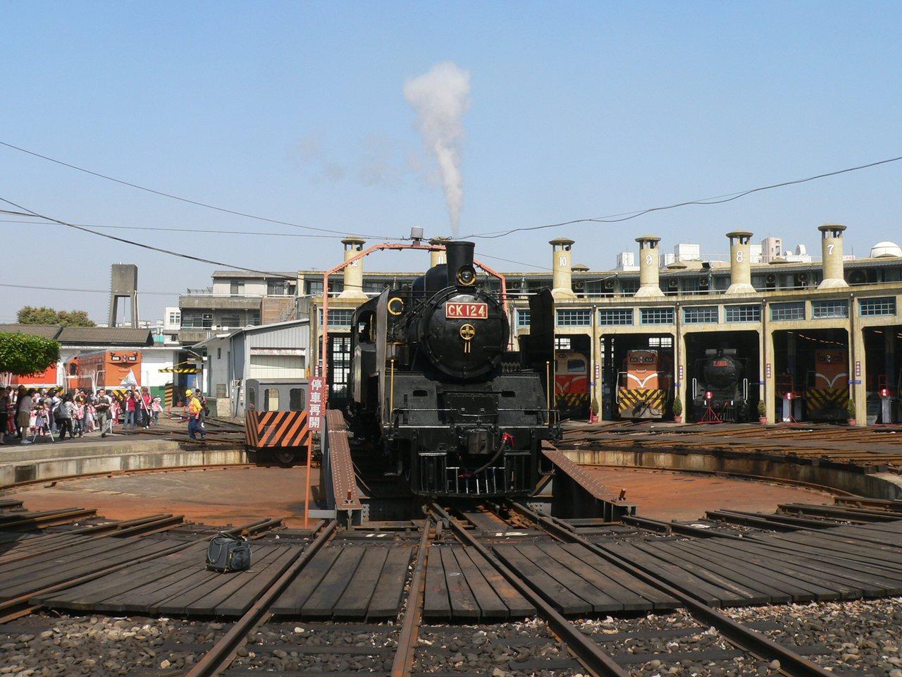 彰化扇形車庫及保存的蒸汽火車。 本報資料照片