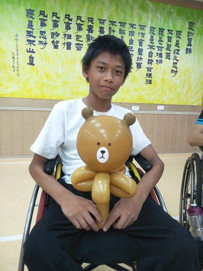 劉樂平愛上摺氣球造型,他最愛摺可愛的熊熊造型。 圖/劉志枰提供