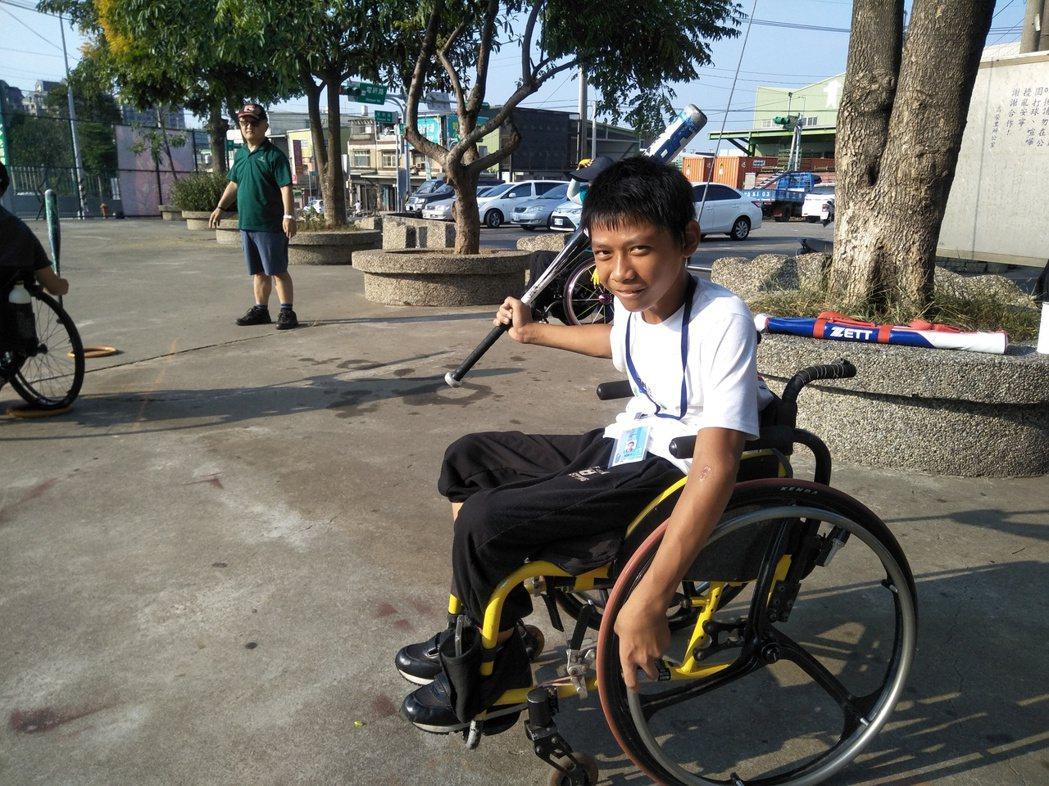八斗國小小六生劉樂平經過生活重建班訓練,學會坐輪椅打球。 圖/劉志枰提供