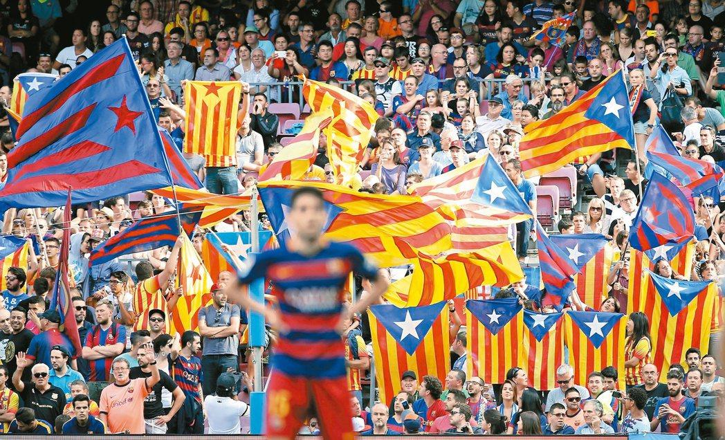 西甲足球聯賽巴塞隆納隊在主場出戰拉斯帕爾馬斯隊時,地主球迷高舉支持加泰隆尼亞獨立...