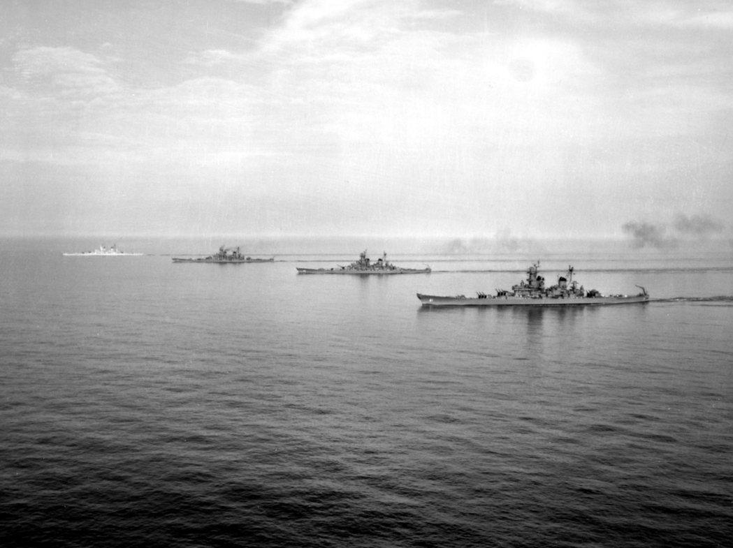 愛荷華級的4艘同型艦,由近到遠分別是愛荷華號、威斯康辛號、密蘇里號以及紐澤西號,...