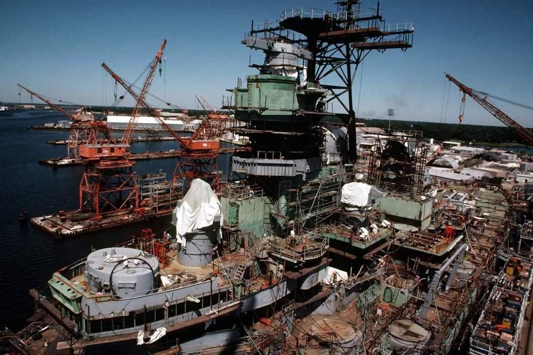 正在進行現代化改造的愛荷華號。 圖/取自維基百科