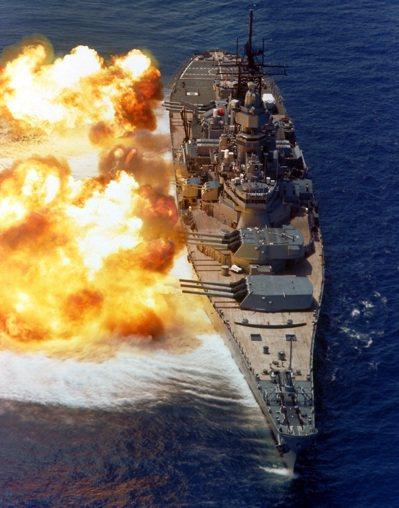 愛荷華號主炮舷側齊射。 圖/取自維基百科