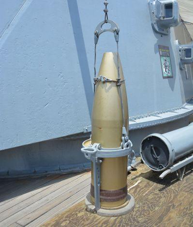 愛荷華號戰艦大容量砲彈,相當於一個成人高度。 報系資料照
