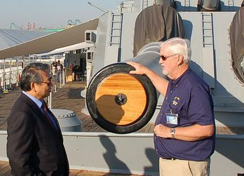 導覽員Craig Post(右一)解說愛荷華的大口徑炮口。 報系資料照