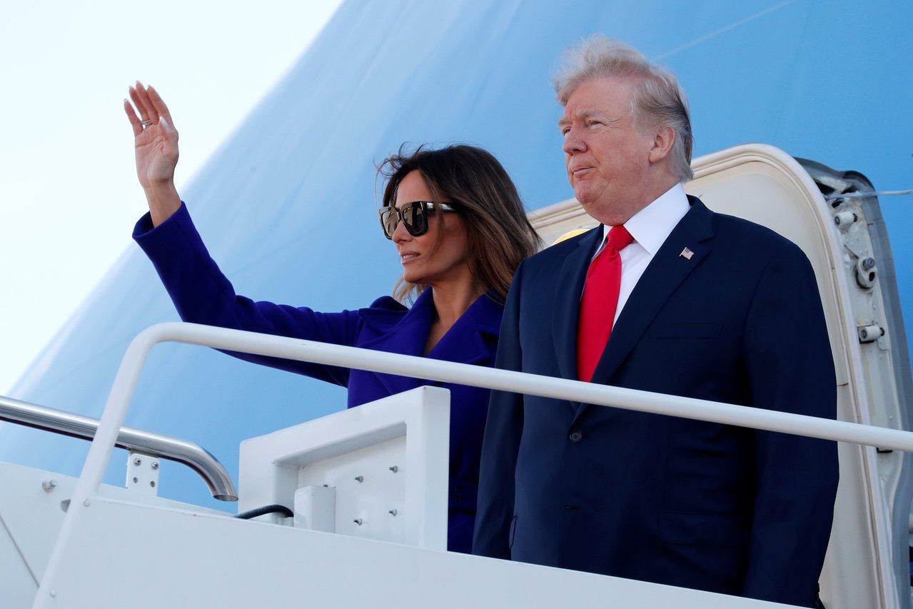 川普總統伉儷出訪亞洲五國,圖為第一夫人梅蘭妮亞在機艙門口向送行者揮別。(路透)