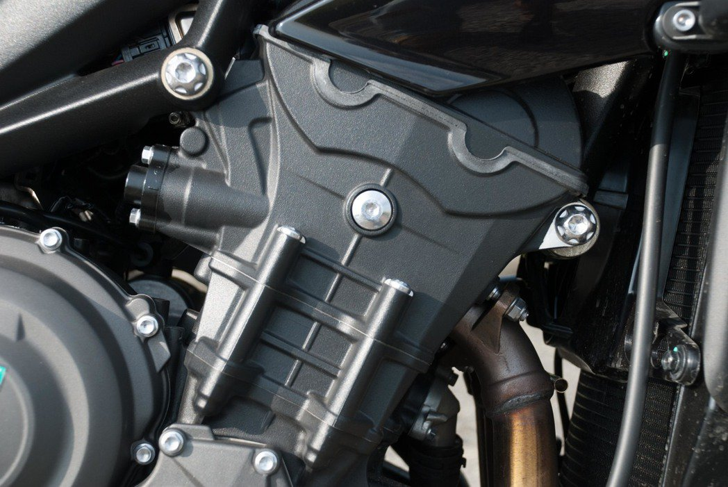 765c.c.並列三缸水冷引擎可輸出最大馬力118PS/12,000rpm與最大...