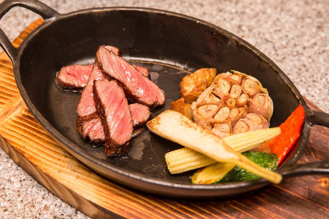 日本宮崎牛嫩肩牛排,每份3,200元。圖/台畜提供