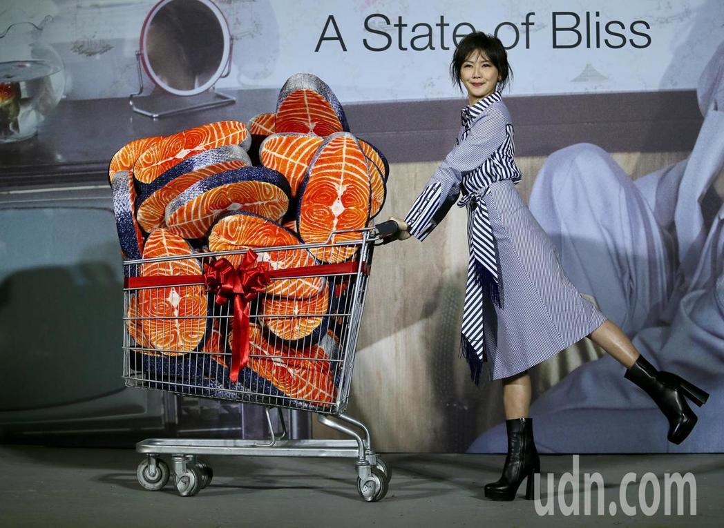 孫燕姿新歌「我很愉快」MV發表,推著一車諧音「魚塊」的她,俏皮的作宣傳。記者許正...