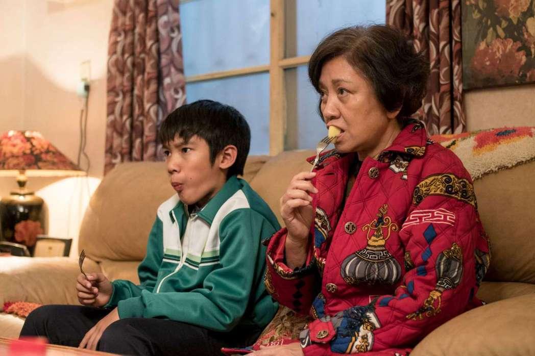 香港電影金像獎影后、資深女星鮑起靜(右)為新片「生生」現身高雄電影節。圖/高雄電