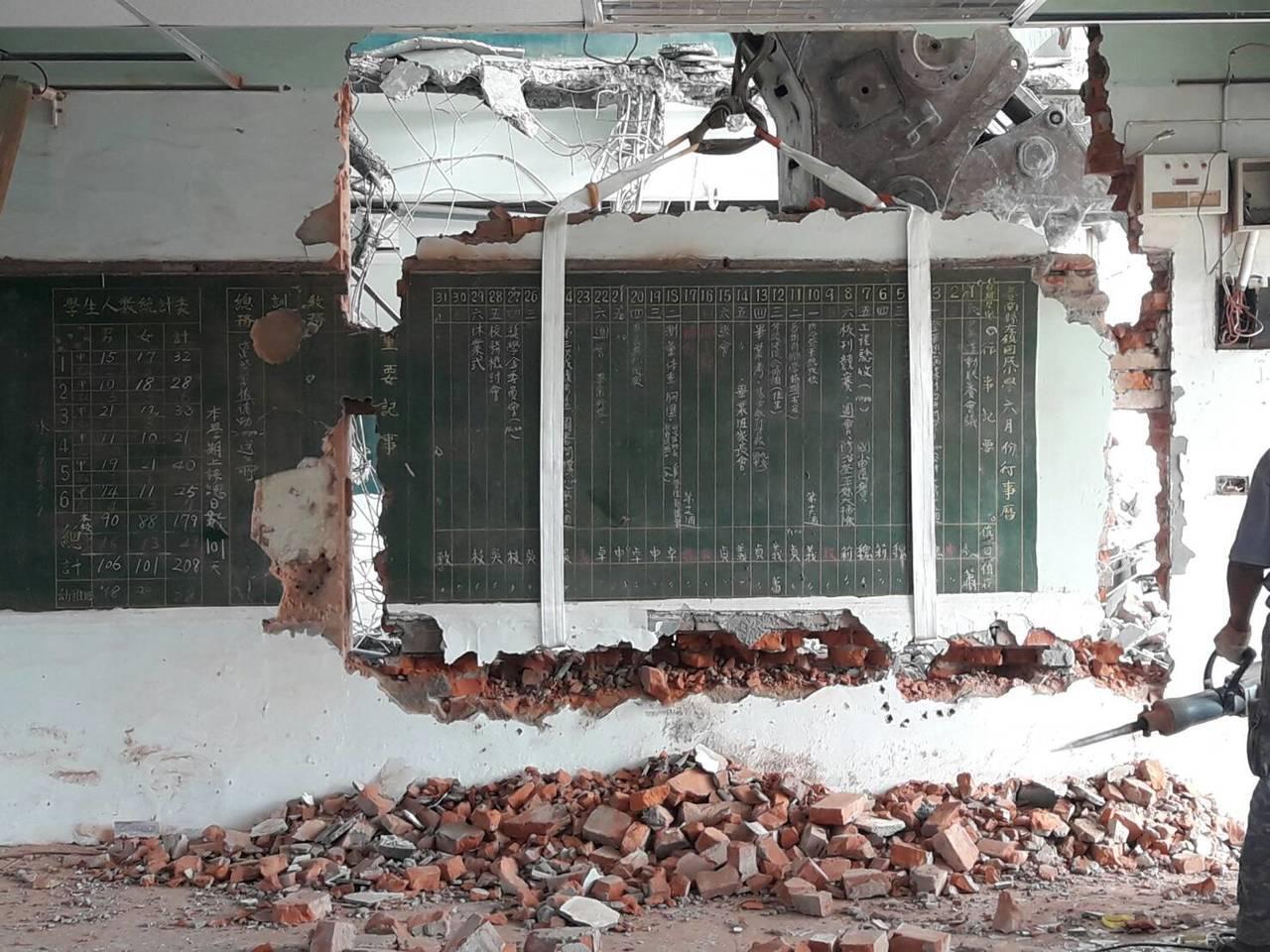 台南左鎮國小今天拆除「黑板牆」,工人先將行事曆部分牆面鑽開,一有不慎磚塊就會粉碎...