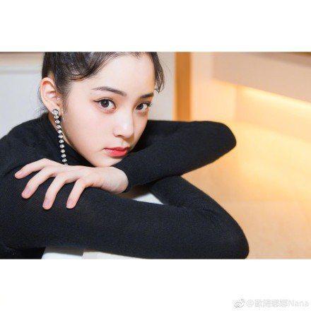 歐陽娜娜日前出席香港時尚活動,談與成龍合作電影,勤練武術。圖/摘自微博