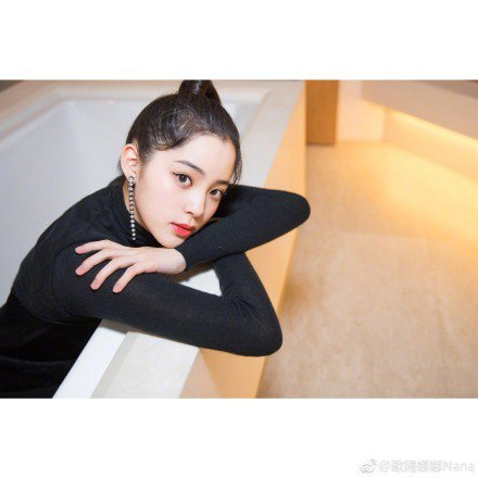 歐陽娜娜昨日在香港出席時尚活動,她透露以往都是來香港旅遊,或宣傳電影及專輯,這是第一次參加時尚活動,被問到會不會把握時間購物,她坦言沒時間,並透露最近準備宣傳與成龍合拍的電影「機器之血」,這是她第一...
