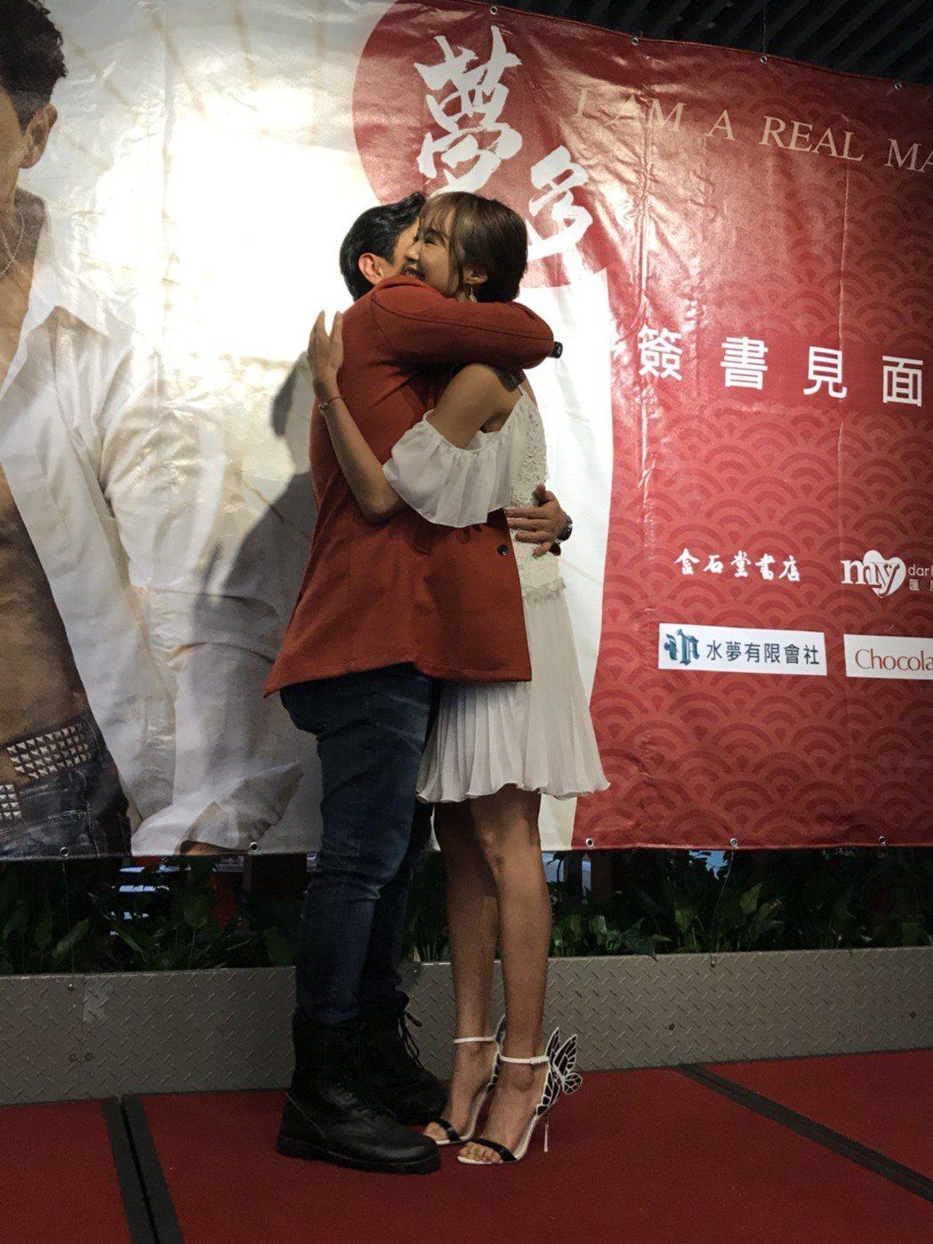 夢多(左)和緋聞女友茵茵大方擁抱。記者林怡秀/攝影