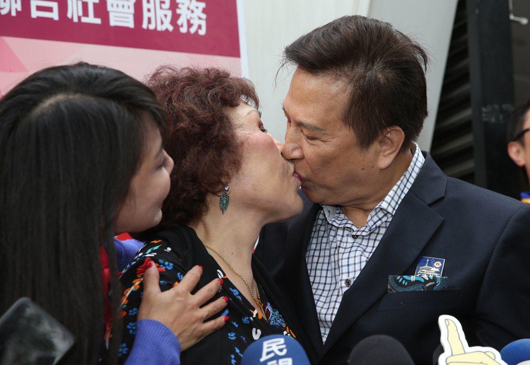周遊與李朝永在媒體聯訪時還大方親吻曬恩愛。記者徐兆玄/攝影
