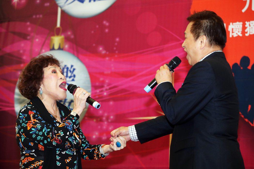 周遊、李朝永昨天出席重陽關懷獨居老人活動,2人在台上手拉手的一起唱情歌。記者徐兆...