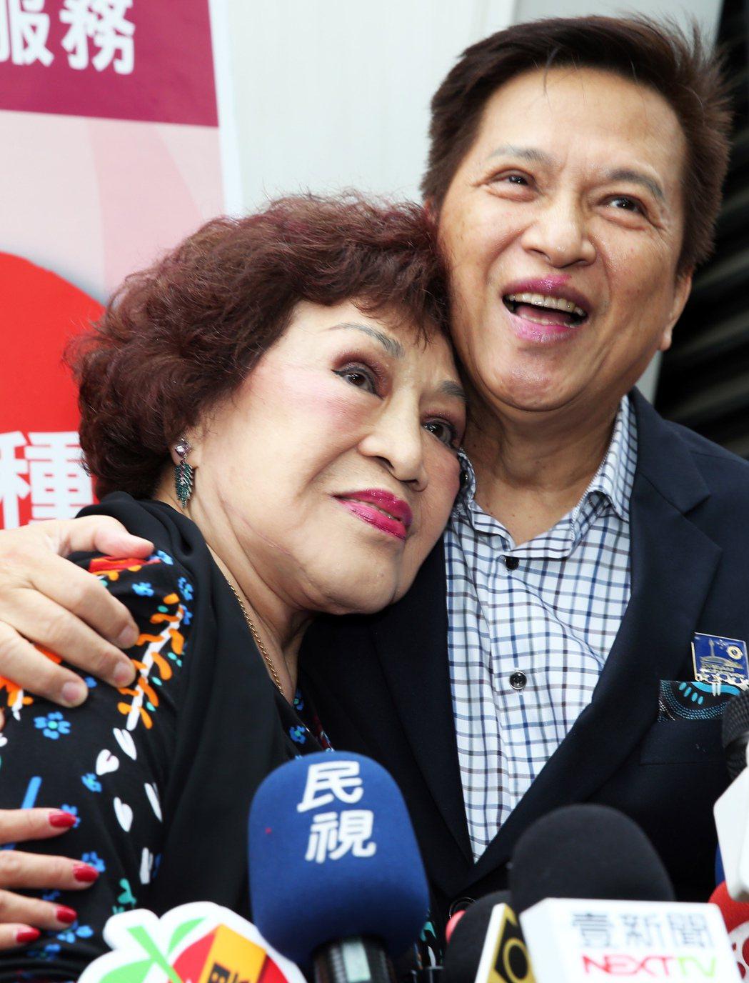 周遊與李朝永在媒體聯訪時大方親吻曬恩愛。本報資料照 記者徐兆玄/攝影