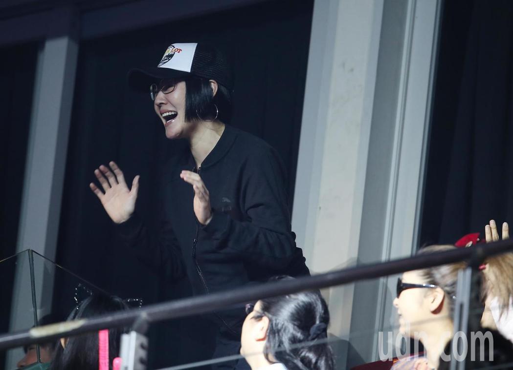 范瑋琪舉行演唱會,好姐妹徐熙娣(左)擔任MV影片中女主角,並與川島茉樹代(右)一