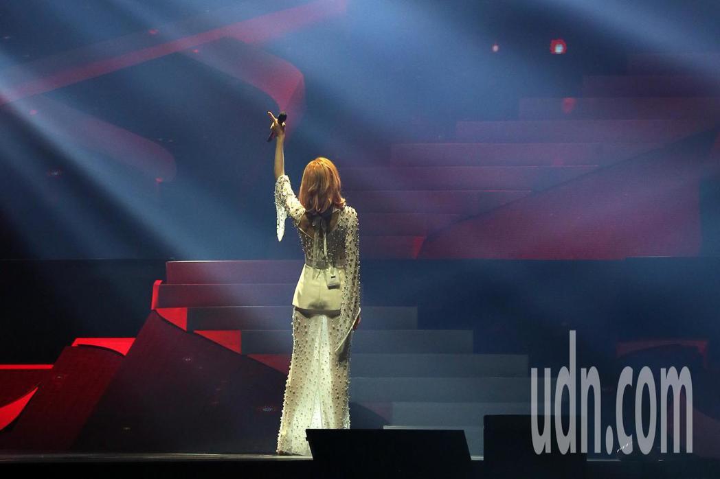 范瑋琪晚間舉行個人演唱會,在各種燈光影像的特效加持下,跟著滿場歌迷一起同歡。記者...