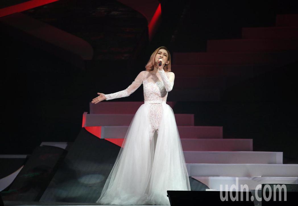范瑋琪晚間舉行個人演唱會,她以一系列的白紗演唱25首歌曲,跟著滿場歌迷一起同歡。