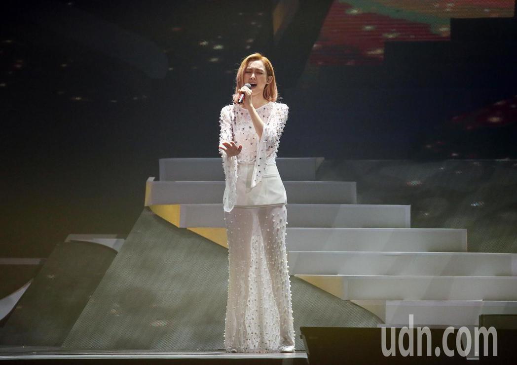 范瑋琪晚間舉行個人演唱會,她以一系列的白紗演唱25首歌曲,跟著滿場歌迷一起同歡。...
