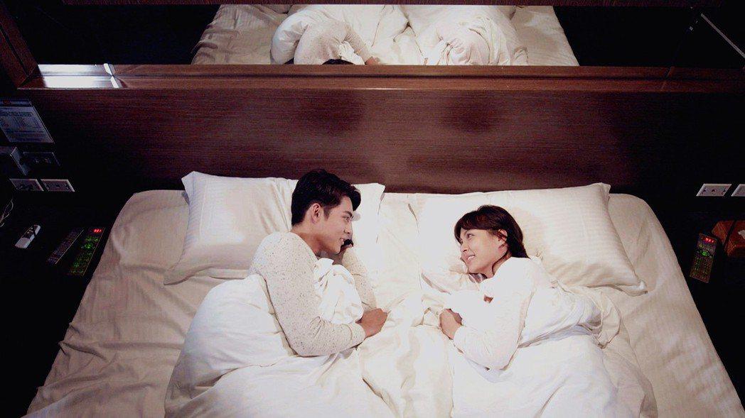 陳奕、魏蔓為拍戲到motel「開房間」,其實只是蓋棉被純聊天。圖/三立提供