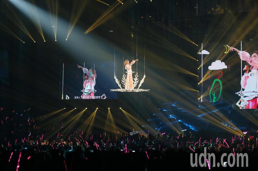 藝人范瑋琪晚間舉行演唱會,最後壓軸她搭著花車從天而降,以各種角度與歌迷同歡。記者