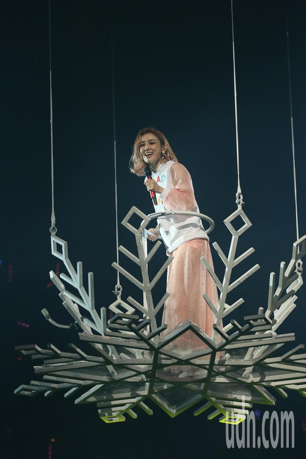 藝人范瑋琪晚間舉行演唱會,最後壓軸她搭著花車從天而降,以各種角度與歌迷同歡。記者...