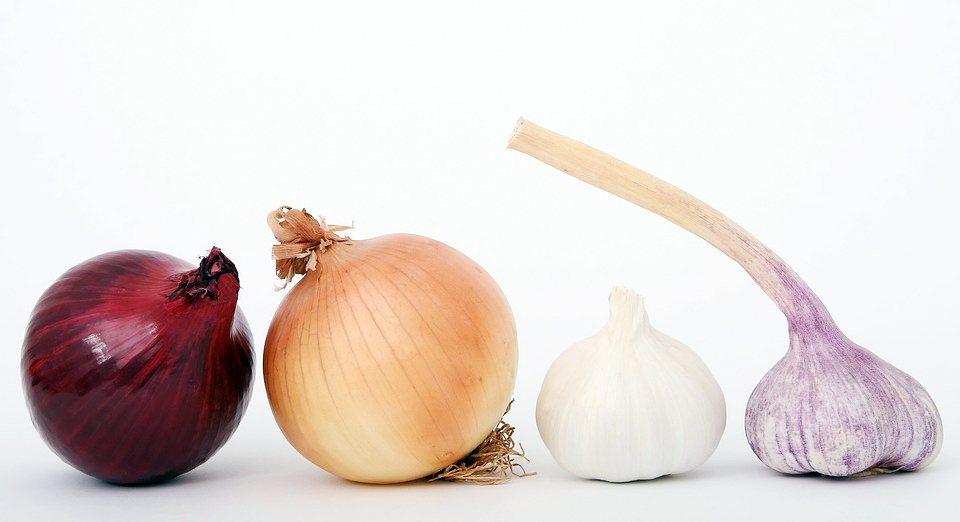 一般認為洋蔥內的含硫氨基酸會誘導身體合成男性荷爾蒙睪丸酮。有個實驗,在四個月中持...