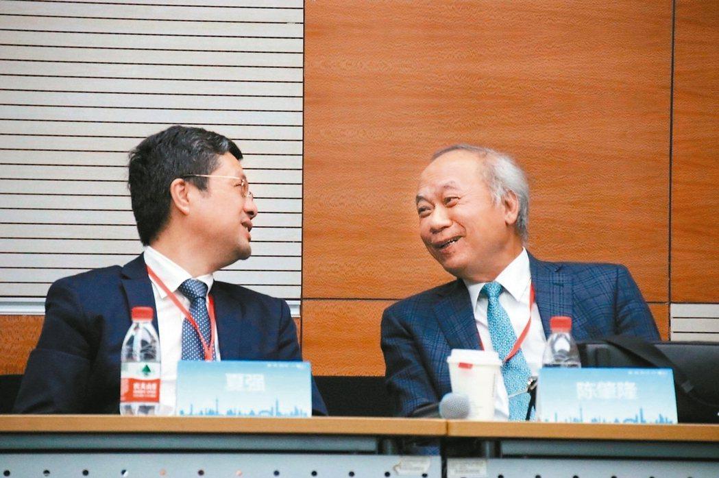 十一年前的醫療救援,締結了高雄長庚醫院榮譽院長陳肇隆(右)與上海仁濟醫院副院長夏...