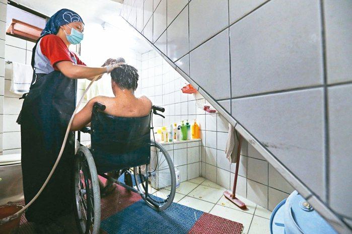 居服員林家卉(左)從台東市到東河鄉服務個案,幫忙洗澡。 記者胡經周/攝影